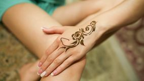 Mehndi 在式样` s手上的无刺指甲花样式 阿拉伯联合酋长国 库存图片