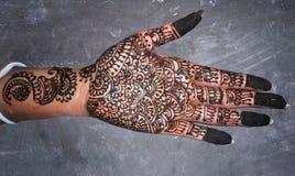 Mehndi-handen kritiserar brud- designkonst på bakgrund Fotografering för Bildbyråer