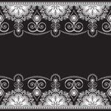 Mehndi-Linie Spitzeelement mit Blumen in der indischen Artmusterkarte für Tätowierung auf schwarzem Hintergrund Stockfotos