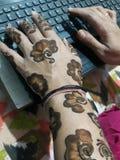 Mehndi, manos de un diseño con la alheña, tatuaje tamporary fotos de archivo libres de regalías