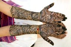 Mehndi projekt w ślubnej dziewczyny ` s ręce Obraz Stock