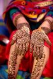 Mehndi projekt w ślubnej dziewczyny ` s ręce Obraz Royalty Free