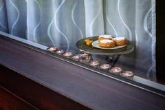 mehorah Nueve-ramificado Hanukiah en la ventana Fotos de archivo libres de regalías