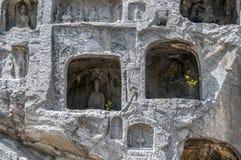 Mehr als 2.000 Höhlen mit Buddha-Statuen von verschiedenen Größen Lizenzfreie Stockbilder