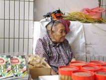 Mehr als und 90 jährige chinesische alte Dame, Verkauf von Waren im Markt Lizenzfreie Stockfotografie