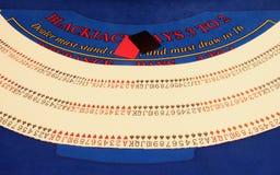 Mehr Karten auf Tabelle im Kasino stockfotografie