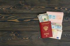 Mehr in meinem Portefeuille Verschiedene Sachen, die Sie für Reise - Smartphone benötigen, Pass, Geld Platz für Text Stockfotografie