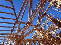 Mehr setzen nach links Zeit fest, um die obere Geschichte aus einem Holzhaus zu konstruieren Stockbild