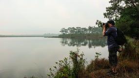 Mehr Touristen machen Fotos für das Naturreisen stockfotografie