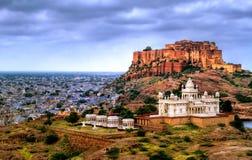 Mehrangharh fort- och Jaswant Thada mausoleum i Jodhpur, Rajasth royaltyfri foto