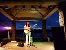 Mehrdimensionale Ashley Lilinoe spielt Gitarre auf Stadium durch das OC Stockbilder