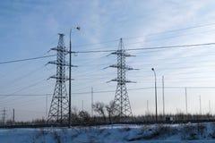 Mehrere asphaltieren Strommast auf dem Gebiet Stockfotografie