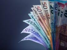 Mehrere Hundert Eurobanknoten gestapelt durch Wert Eurogeldkonzept Euroanmerkungen mit Reflexion Fünf, 10 und fünfzig Eurobanknot Lizenzfreie Stockbilder