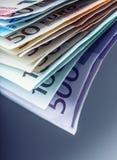 Mehrere Hundert Eurobanknoten gestapelt durch Wert Eurogeldkonzept Euroanmerkungen mit Reflexion Fünf, 10 und fünfzig Eurobanknot Stockfotos