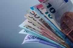 Mehrere Hundert Eurobanknoten gestapelt durch Wert Eurogeldkonzept Euroanmerkungen mit Reflexion Fünf, 10 und fünfzig Eurobanknot Stockfotografie