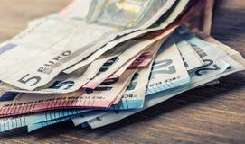 Mehrere Hundert Eurobanknoten gestapelt durch Wert Eurogeldkonzept Euroanmerkungen mit Reflexion Fokus auf Seil Fünf, 10 und fünf Lizenzfreie Stockbilder