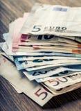 Mehrere Hundert Eurobanknoten gestapelt durch Wert Eurogeldkonzept Euroanmerkungen mit Reflexion Fokus auf Seil Fünf, 10 und fünf Lizenzfreies Stockbild