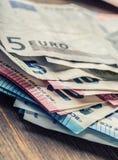 Mehrere Hundert Eurobanknoten gestapelt durch Wert Eurogeldkonzept Euroanmerkungen mit Reflexion Fokus auf Seil Fünf, 10 und fünf Lizenzfreie Stockfotografie