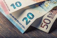 Mehrere Hundert Eurobanknoten gestapelt durch Wert Eurogeldkonzept Euroanmerkungen mit Reflexion Fokus auf Seil Fünf, 10 und fünf Stockfotografie