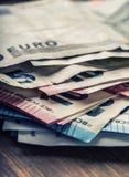 Mehrere Hundert Eurobanknoten gestapelt durch Wert Eurogeldkonzept Euroanmerkungen mit Reflexion Fokus auf Seil Fünf, 10 und fünf Lizenzfreies Stockfoto