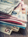 Mehrere Hundert Eurobanknoten gestapelt durch Wert Eurogeldkonzept Euroanmerkungen mit Reflexion Fokus auf Seil Fünf, 10 und fünf Stockfoto