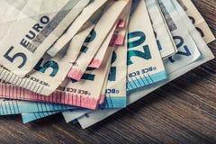 Mehrere Hundert Eurobanknoten gestapelt durch Wert Eurogeldkonzept Euroanmerkungen mit Reflexion Fokus auf Seil Fünf, 10 und fünf Stockbild