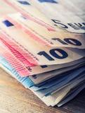 Mehrere Hundert Eurobanknoten gestapelt durch Wert Eurogeldkonzept Euroanmerkungen mit Reflexion Fokus auf Seil Fünf, 10 und fünf Stockfotos