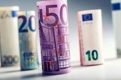 Mehrere Hundert Eurobanknoten gestapelt durch Wert Eurogeldkonzept Rolls-Eurobanknoten Fünf, 10 und fünfzig Eurobanknoten Stockbild