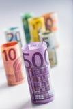 Mehrere Hundert Eurobanknoten gestapelt durch Wert Eurogeldkonzept Rolls-Eurobanknoten Fünf, 10 und fünfzig Eurobanknoten Stockfotografie
