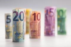 Mehrere Hundert Eurobanknoten gestapelt durch Wert Eurogeldkonzept Rolls-Eurobanknoten Fünf, 10 und fünfzig Eurobanknoten Stockfoto