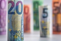 Mehrere Hundert Eurobanknoten gestapelt durch Wert Eurogeldkonzept Rolls-Eurobanknoten Fünf, 10 und fünfzig Eurobanknoten Lizenzfreies Stockfoto