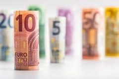 Mehrere Hundert Eurobanknoten gestapelt durch Wert Eurogeldkonzept Rolls-Eurobanknoten Fünf, 10 und fünfzig Eurobanknoten Lizenzfreie Stockbilder