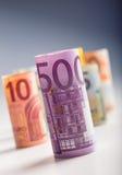 Mehrere Hundert Eurobanknoten gestapelt durch Wert Eurogeldkonzept Rolls-Eurobanknoten Fünf, 10 und fünfzig Eurobanknoten Stockfotos