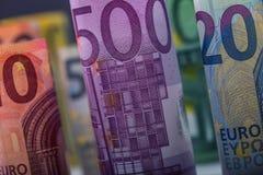 Mehrere Hundert Eurobanknoten gestapelt durch Wert Eurogeldkonzept Rolls-Eurobanknoten Fünf, 10 und fünfzig Eurobanknoten Lizenzfreies Stockbild
