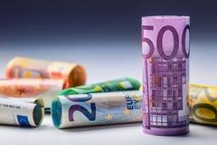 Mehrere Hundert Eurobanknoten gestapelt durch Wert Eurogeldkonzept Rolls-Eurobanknoten Fünf, 10 und fünfzig Eurobanknoten Lizenzfreie Stockfotos