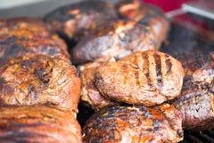 Mehrere Rippe-Augen-Steaks, die auf einem Grill stillstehen Lizenzfreies Stockbild