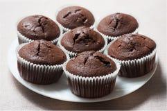 Schokoladen-Muffins auf einer runden Platte lizenzfreie stockfotografie
