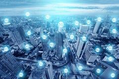 Mehrfachbelichtung der Ikonen 5G auf dem Großstadtskylineverbindungstechnologie-Zukunftsplan stockfotografie