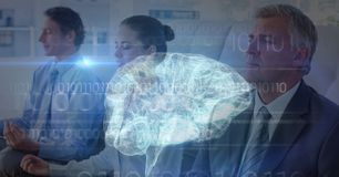 Mehrfachbelichtung von den Geschäftsleuten, die mit Gehirn im Vordergrund meditieren stockbild