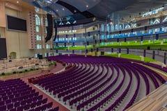 Mehrfache Böden mit farbunterlegten Sitzen des neuen Auditoriums der tieferen Leben-Bibel-Kirche Gbagada Lagos Nigeria lizenzfreie stockfotografie