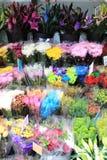 Mehrfache Blumen an einem Markt Stockbilder