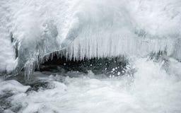 Mehrfache Eiszapfen auf Gebirgsfluss, im harten Winter Lizenzfreies Stockfoto