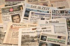 Mehrfache europäische Zeitungen in einem Stapel stockfoto