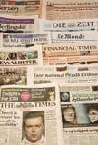 Mehrfache europäische Zeitungen in einem Stapel lizenzfreies stockfoto