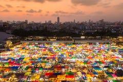Mehrfache Farben der Bereichsansicht weekend Markt mit Hintergrund der Stadt in die Stadt Stockfotos