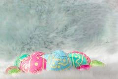 Mehrfache farbige Ostereier auf des Rosas, Blauer und Grüner den Eiern des Pelzes, Ostern-backgroung stockbilder