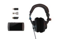 Mehrfache Flash-Speicher mit einem Mobiltelefon und Kopfhörern auf isola Stockbild
