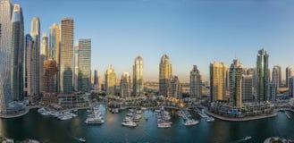 Mehrfache Fotos wandelten in ein panamoramica des schönen Stadtskylinebereichs von Dubai um Marina Terrace UAE lizenzfreies stockbild