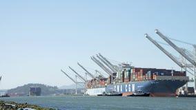 Mehrfache Frachtschiffe, die den Hafen von Oakland zurück zu Rückseite kommen Stockbild