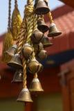 Mehrfache Glocken auf goldenem silk Seil Stockbild